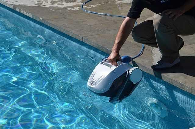 robot dolphin E10, robot piscine, nettoyage du fond,